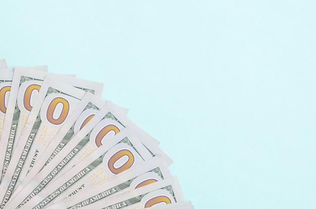 Fan d'un billets d'un dollar d'un nouveau design se trouve sur un fond bleu clair