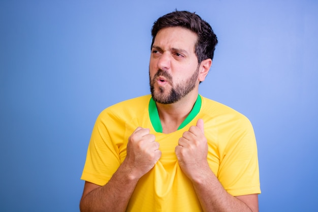 Fan brésilien célébrant sur bleu