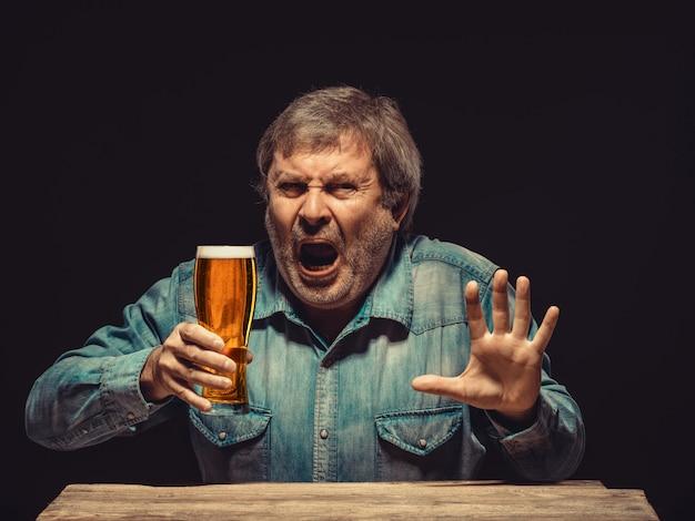 Le fan enchanté et émotionnel avec un verre de bière