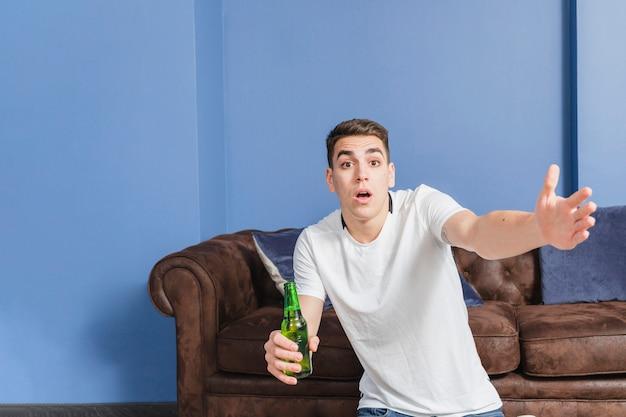 Fan de football en colère devant le canapé