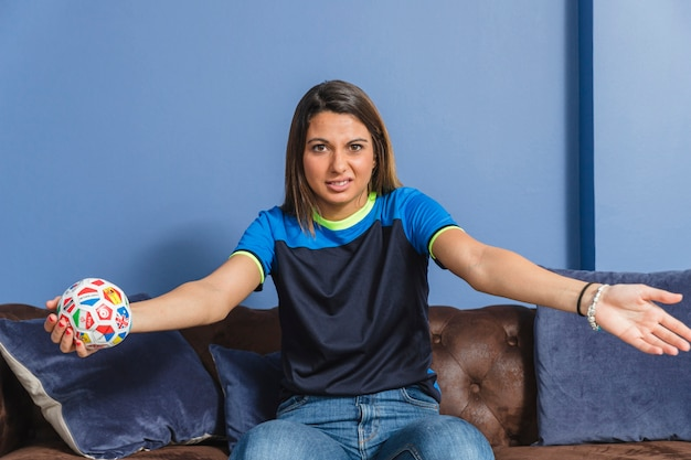 Fan de football féminin sur le canapé
