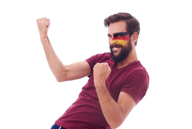 Fan de football gai serrant le poing