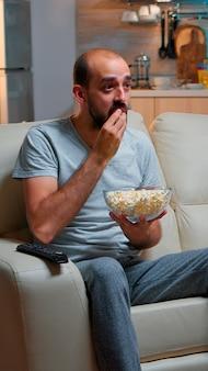 Fan de football sportif regardant un match tard dans la nuit