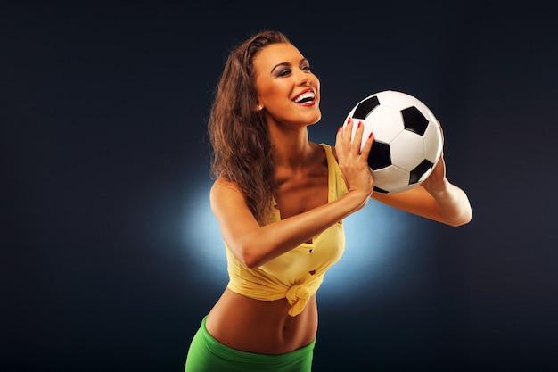 Un fan heureux acclamant avec le football