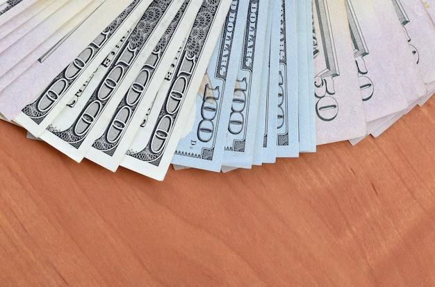 Fan de plusieurs billets de cent cinquante dollars