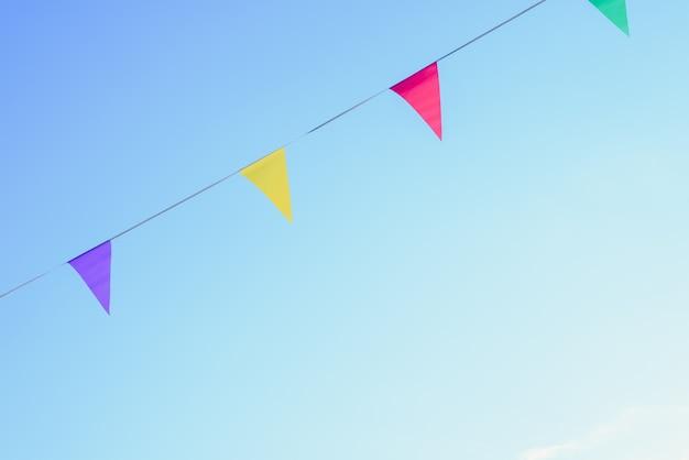 Fanions colorés avec fond de ciel pour placer le texte
