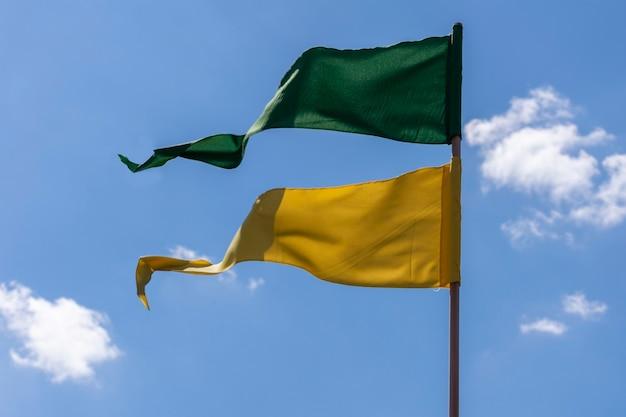 Des fanions verts et jaunes voletant au vent dans le ciel bleu. patriotisme