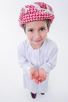 Fanny garçon arabe pose avec émotions. fermez d'en haut avec des objectifs grand angle.