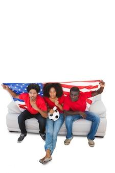 Fans de football américains en rouge sur le canapé