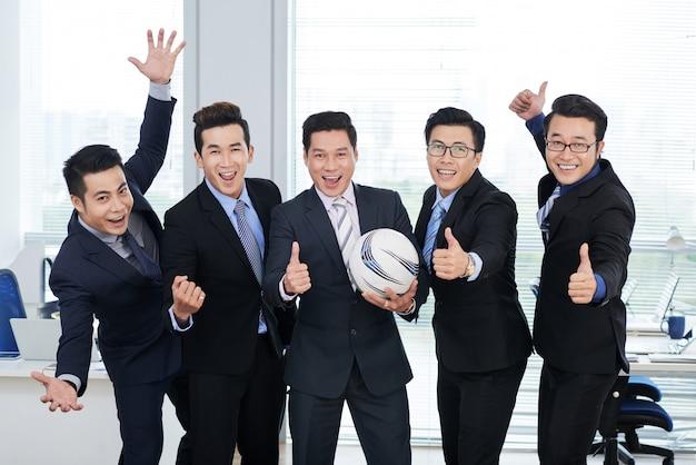 Fans de football au bureau à aire ouverte