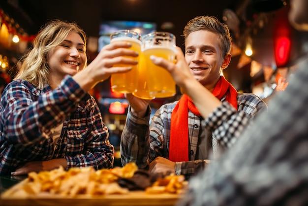 Les fans de football boivent de la bière au bar des sports