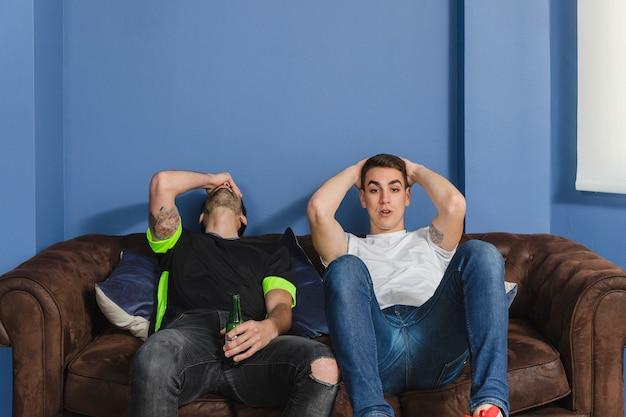 Les fans de football dans l'incrédulité dans le salon