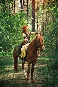 Fantaisie femme médiévale chassant dans la forêt
