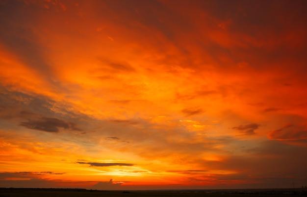 Fantastique beau lever de soleil coloré avec ciel nuageux. image panoramique de la lumière dramatique par temps d'été. papier peint photo pittoresque. fond naturel. beauté de la terre.