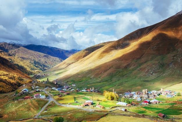 Fantastique beauté de la ville entre les montagnes en géorgie europe