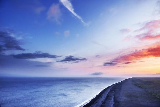 Fantastique plage dans le sud de l'islande au coucher du soleil