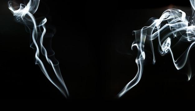 Fantastiques formes de fumée sur fond noir