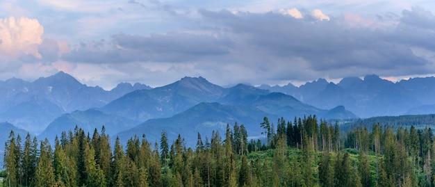 De fantastiques montagnes enneigées dans les magnifiques cumulus