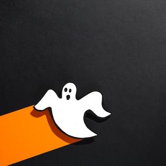 Fantôme décoratif fait main posé sur une bande de papier