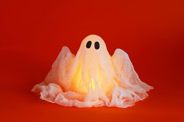 Fantôme d'halloween d'amidon et de gaze. décor d'halloween.