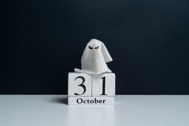 Fantôme méchant à côté du calendrier d'octobre avec copie espace vacances d'halloween