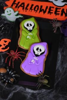 Fantôme peint en cape à capuchon sur des biscuits au miel de pain d'épice. nourriture d'halloween.