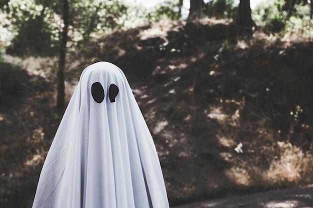 Fantôme sombre dans un parc obscur