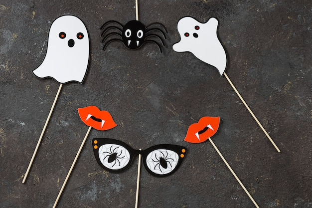 Fantômes, araignée, lèvres avec des dents de vampire et des lunettes