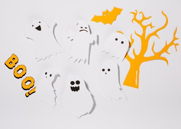 Fantômes de papier avec inscription boo!