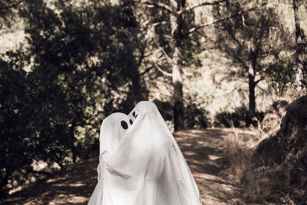 Des fantômes s'embrassent sur une passerelle dans un parc