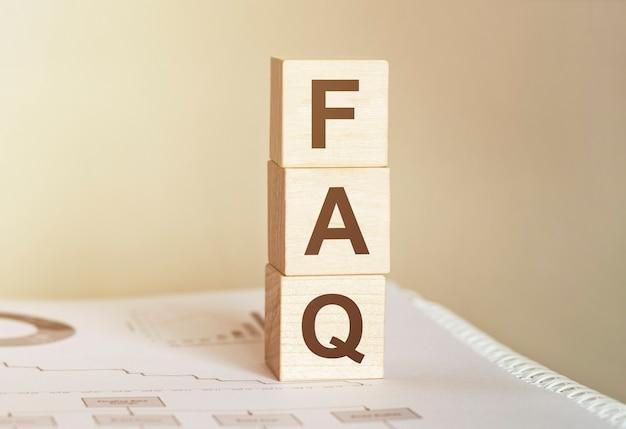 Faq word réalisée avec des blocs de construction en bois
