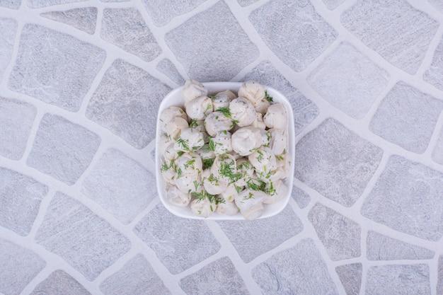 Farce de pâte khinkal caucasienne dans une assiette blanche.