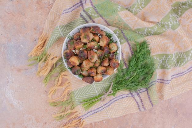 Farce à la viande servie dans une tasse blanche aux herbes