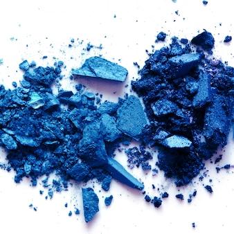 Fard à paupières cosmétique en poudre dispersée. couleur de l'année 2020 classic blue. copiez l'espace.