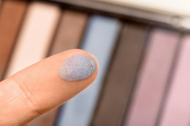 Fard à paupières sur un doigt, gros plan de l'échantillon.