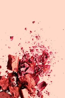 Fard à paupières organique minéral de conception flatlay de beauté et de maquillage comme fard à joues cosmétiques en poudre ou cosm écrasé ...