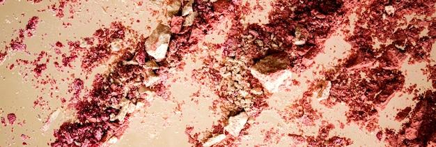 Fard à paupières organique minéral de cosmétiques broyés et poudre cosmétique isolé sur fond doré ...