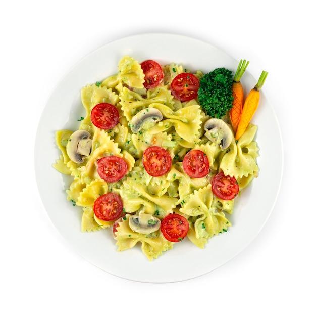 Farfalle pâtes crème pesta sauce fusion italienne plat cuisine européenne décoration carottes sculptées topview