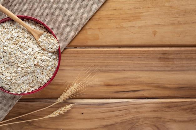 La farine d'avoine est placée sur un bois brun.
