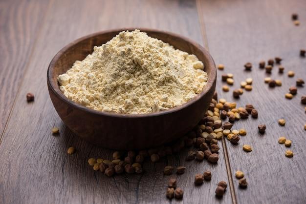 La farine de besan, gram ou de pois chiches est une farine de légumineuses à base de pois chiches moulus connue sous le nom de bengal gram