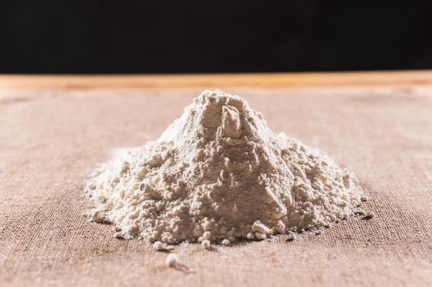 Farine blanche sur la texture de fond textile