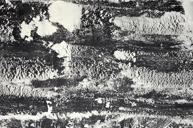 Farine de blé blanc éparpillée sur un tableau noir
