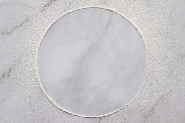 Farine de blé éparse sur fond de marbre blanc. cercle de farine de blé saupoudré sur fond blanc.