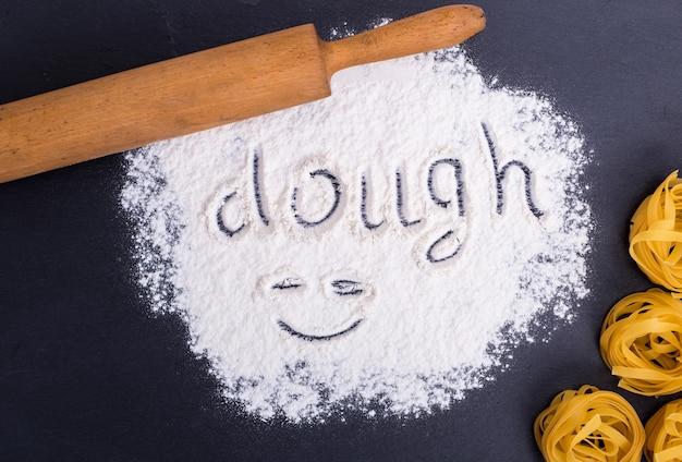 La farine de blé et l'inscription sur la pâte de farine