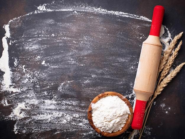 Farine de blé, oreilles et rouleau à pâtisserie