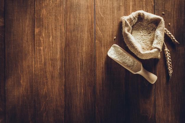 La farine de blé sur la texture de fond en bois
