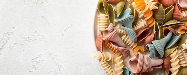 Farine crue d'épeautre assorties de pâtes colorées