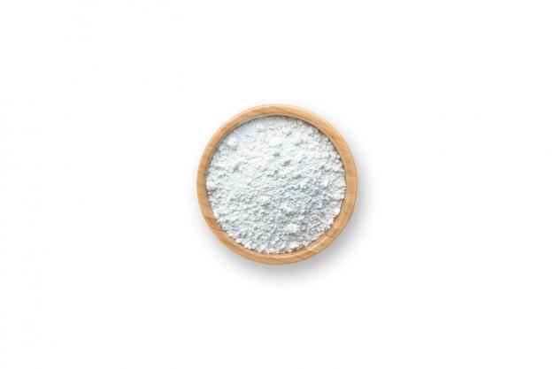Farine dans un bol sur fond blanc