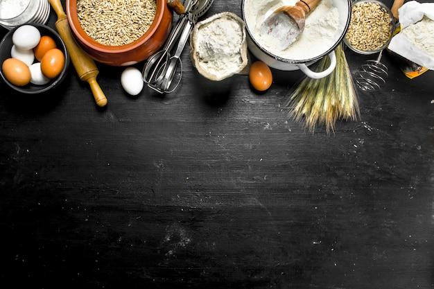 Farine avec grains et épillets de blé. sur le tableau noir.