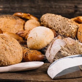 Farine avec des pains de grains entiers au four sur la table